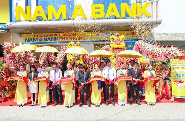 Các đại biểu cùng cắt băng khai trương, chính thức đưa vào hoạt động phòng giao dịch Nam A Bank Phan Rang
