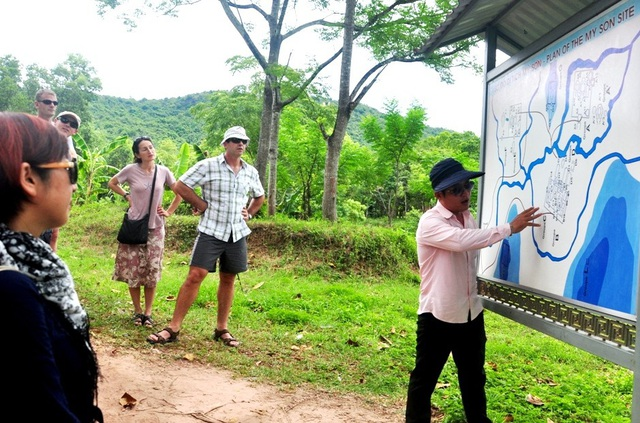Du khách nước ngoài được hướng dẫn tham quan Thánh địa Mỹ Sơn, huyện Duy Xuyên, Quảng Nam