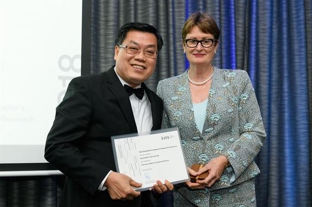 Chủ tịch Hội đồng của Đại học Công nghệ Sydney (Úc) trao huy chương nghiên cứu ngoại hạng cho GS. Nguyễn Văn Tuấn (ảnh: Văn Út)