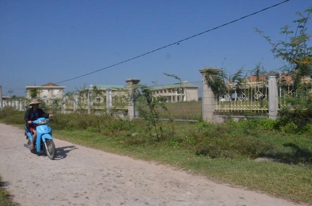 Cả bên trong và ngoài khuôn viên rộng gần 30.000 m2 của dự án vẫn um tùm cỏ dại.