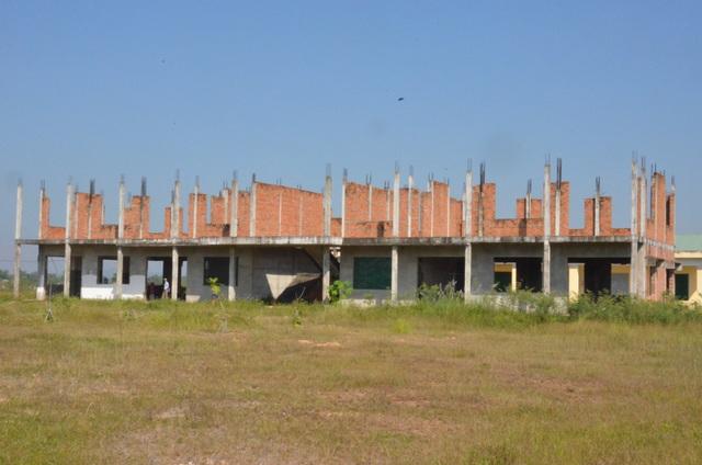 Dù được tiếp nhận từ tháng 2/2016 nhưng khối nhà này vẫn đang trong tình trạng trơ sắt thép.