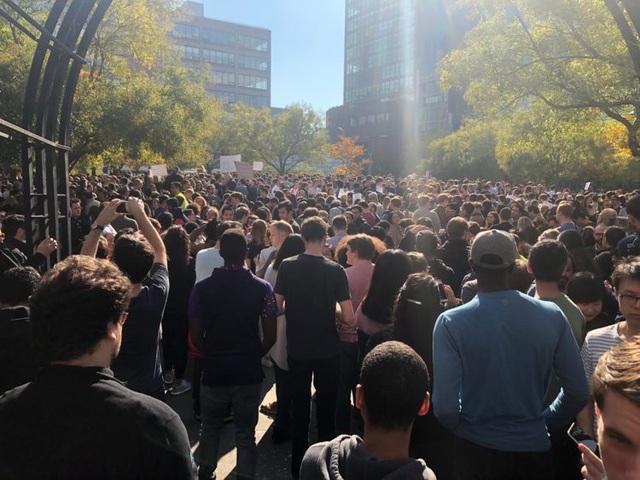Rất đông nhân viên Google và gia đình của họ đã xuống phố biểu tình tại khu Hudson River Park.