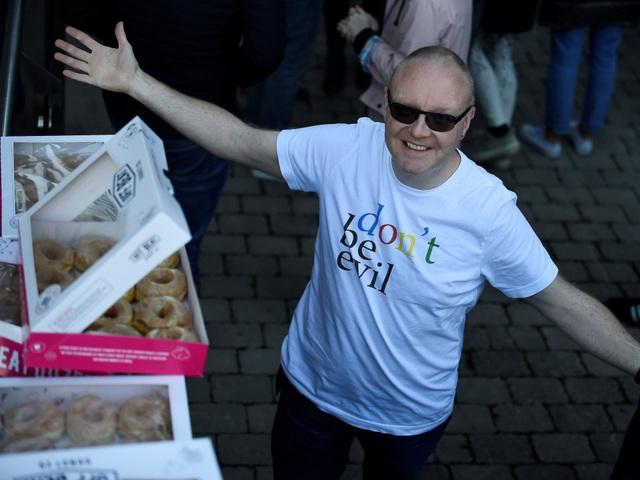 Một người đàn ông mặc chiếc áo với thông điệp nhằm ám chỉ Google - đừng trở thành quỷ dữ.