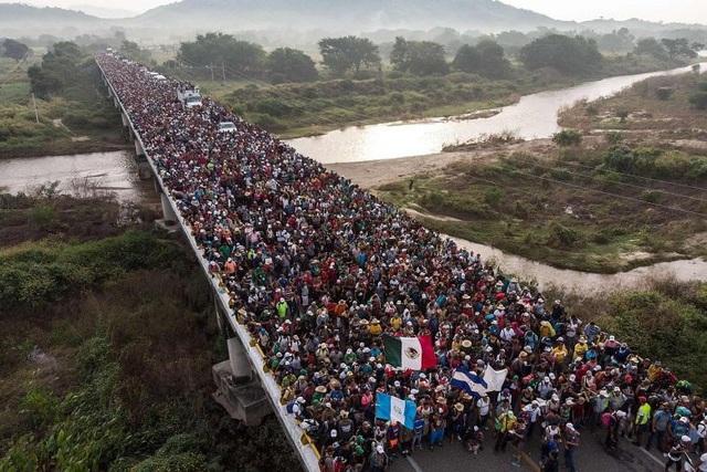 Dòng người nhập cư hàng nghìn người di cư từ Trung Mỹ đổ về biên giới Mỹ. (Ảnh: AFP)
