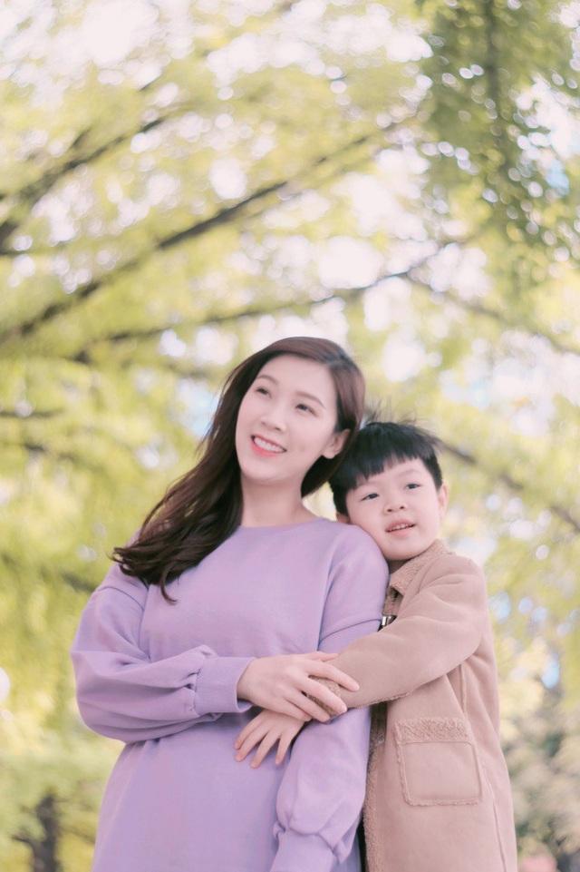 Ban đầu người đẹp sinh năm 1988 dự định đi nghỉ cùng cả gia đình, tuy nhiên do ông xã cô bận rộn với việc kinh doanh nên cuối cùng chỉ có cô và con trai lên đường khám phá Hàn Quốc vào mùa thu.