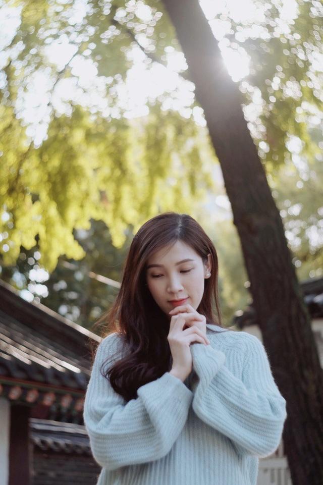 Từ sau khi đăng quang Hoa hậu Áo dài 2018, cuộc sống của Phí Thùy Linh trở nên bận rộn hơn bởi ngoài công việc làm chuyên gia đào tạo cho một hãng mỹ phẩm Nhật Bản, cô còn dự event, diễn thời trang, đồng thời vẫn đảm bảo chăm sóc hai con nhỏ. Cô luôn cố gắng sắp xếp thời gian để hoàn thành tốt mọi vai trò. Ông xã cô - doanh nhân Mạnh Cường - luôn ủng hộ vợ tham gia hoạt động nghệ thuật.
