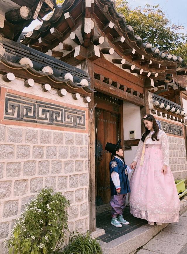 Hoa hậu Áo dài 2018 cho biết, cô đi du lịch ở Hàn Quốc rất nhiều lần (đây là lần thứ 5) nên khá thông thuộc về đường phố Seoul cũng như các điểm vui chơi, mua sắm và ăn uống. Lần này có cậu con trai Bean đi cùng, hai mẹ con dành rất nhiều thời gian vui vẻ bên nhau.