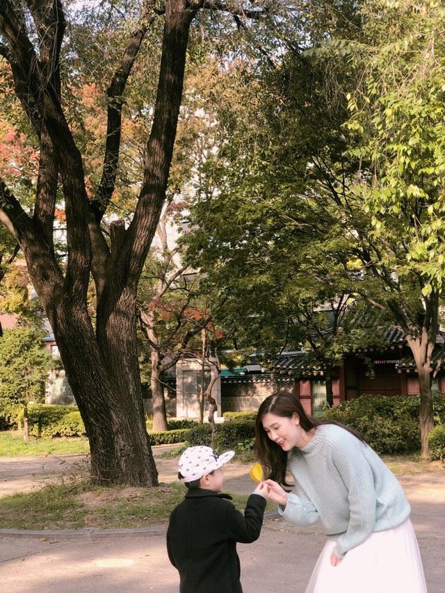 Nói về kinh nghiệm du lịch nước ngoài cùng con nhỏ, Phí Thùy Linh chia sẻ: Nhiều người thắc mắc vì sao tôi lại dũng cảm mang con còn rất nhỏ đi chơi xa vì sợ sẽ gặp nhiều khó khăn, con sẽ mệt. Thế nhưng tôi không thấy vất vả gì mà ngược lại, rất hạnh phúc khi có nhiều thời gian vui đùa cùng con để vun vén tình cảm và tạo những kỷ niệm đẹp cho con. Năm ngoái tôi từng đưa con trai thứ hai - bé Bun - khi đó mới 1 tuổi sang Seoul du lịch.