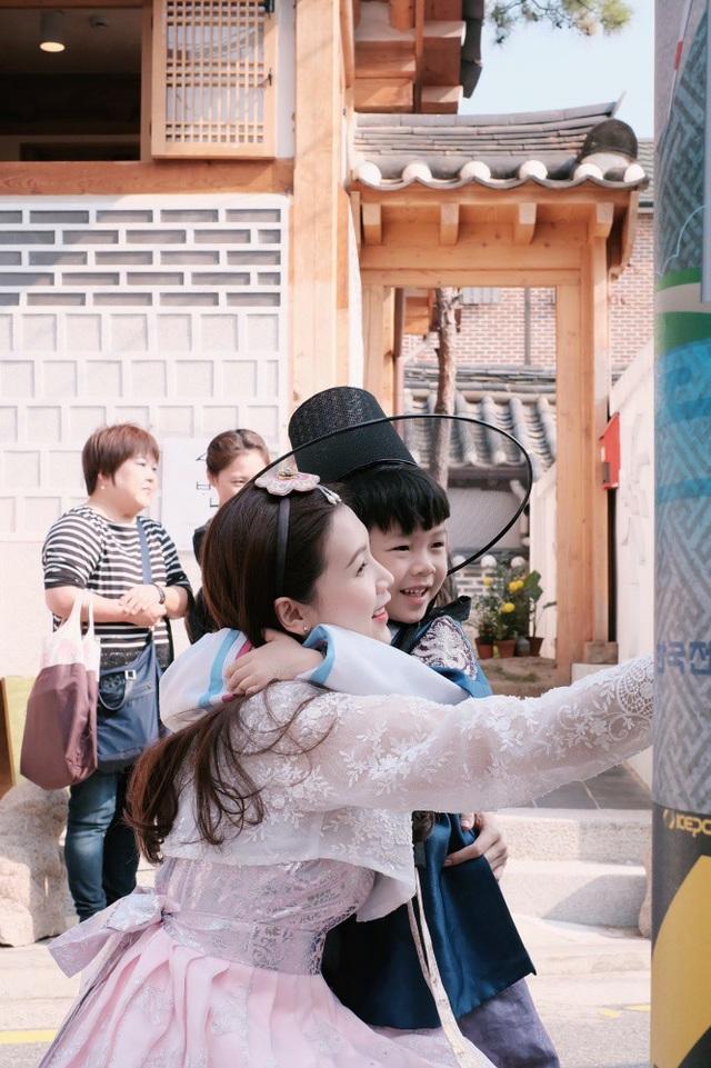 Bean tỏ ra rất hào hứng khi lần đầu được mặc trang phục Hanbok. Cậu nhóc cũng không quá kén ăn uống và hợp với các món ăn ở xứ sở Kim chi.