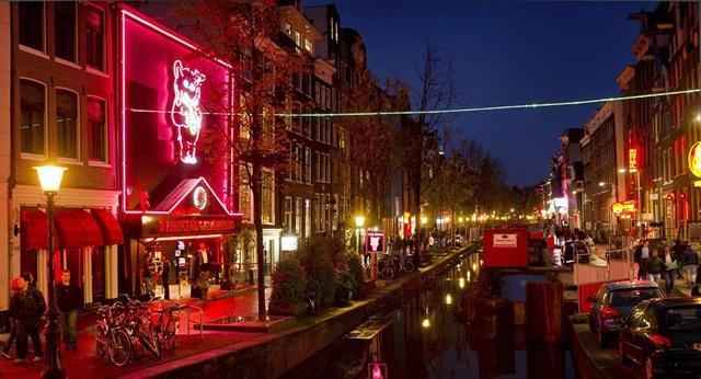 Phố đèn đỏ De Wallen nổi tiếng tại Amsterdam, Hà Lan (Ảnh: AFP)