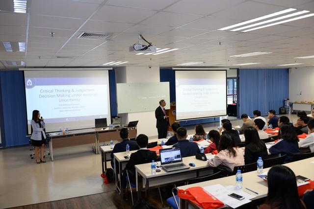"""Tiến sỹ Anthony R Sanichara chia sẻ trong buổi Hội thảo """"Doanh nghiệp 4.0: Ra quyết định theo định hướng dữ liệu"""""""