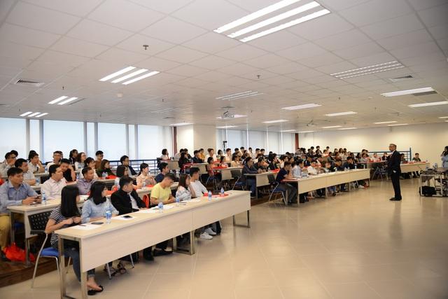 """Hội thảo """"Doanh nghiệp thời đại 4.0 - Ra Quyết định theo định hướng dữ liệu"""" do Tiến sỹ Anthony R Sanichara trình bày thu hút hơn 120 người tham dự"""