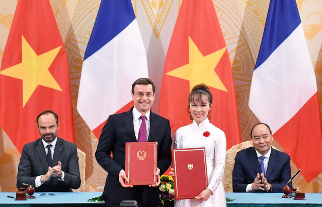Tổng giám đốc Vietjet, Bà Nguyễn Thị Phương Thảo và ông Philippe Couteaux, Phó Chủ tịch phụ trách Thương mại và Thị trường của tập đoàn CFM International ký kết hợp đồng