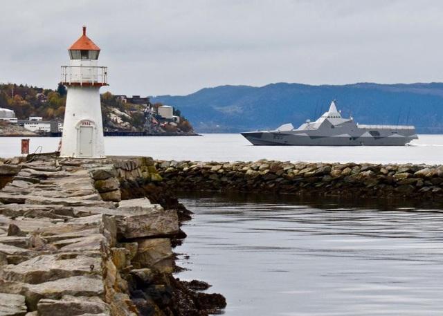 Tàu hộ vệ HSwMS Karlstad của hải quân Hoàng gia Thụy Điển đến Trondheim, Na Uy.