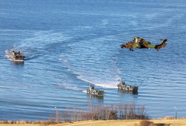 Tàu đổ bộ và một trực thăng quân sự ở khu vực Trondheim, Na Uy.