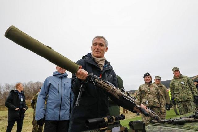 Tổng Thư ký NATO Jens Stoltenberg xem xét một vũ khí khi đến thị sát cuộc tập trận ở Trondheim, Na Uy.