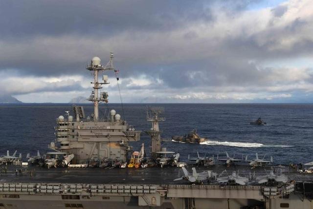 Tàu hộ tống nhỏ lớp Skjold HNOMS Storm và HNMOS Skudd của hải quân Hoàng gia Na Uy đậu cạnh tàu sân bay USS Harry S. Truman của hải quân Mỹ tại khu vực Vestfjordern, Na Uy.