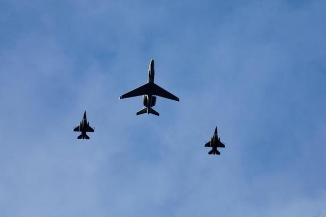 Máy bay quân sự bay trên bầu trời Trondheim, Na Uy.