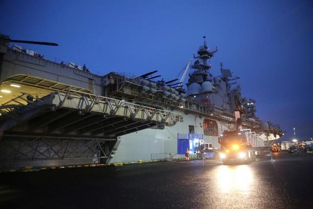 Tàu tấn công của Hải quân Mỹ USS Iwo Jima tại vịnh Faxa, Reykjavik, Iceland.