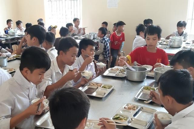Những bữa cơm của các em có đầy đủ chất dinh dưỡng và luôn có thịt hoặc cá.