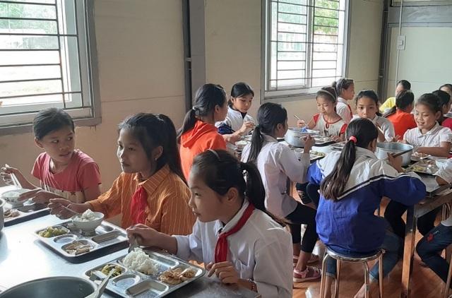 Bữa ăn của học sinh bán trú.