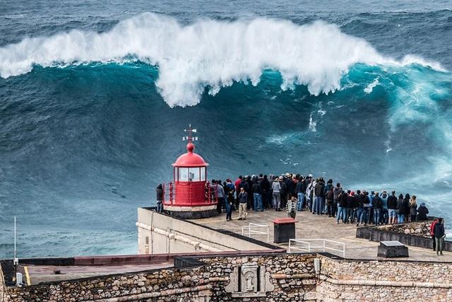 Thị trấn biển Nazare, Bồ Đào Nha, là nơi sở hữu những con sóng quái vật cao hàng chục mét, đồng thời là địa điểm lý tưởng cho những người mê nhảy dù
