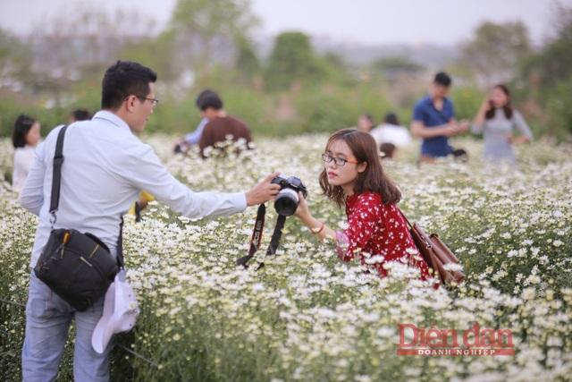 Thời gian này là thời gian hoa tươi và đẹp nhất nên lượng người đông hơn đợt trước, việc chụp ảnh cũng có phần khó khăn hơn nhiều.