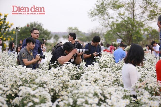 Qua tìm hiểu của phóng viên, ở tại các vườn hoa đều có những dịch vụ thuê nháy, trang điểm và trang phục. Giá của nháy dao động từ 300.000 đến 500.000 đồng/ bộ ảnh.
