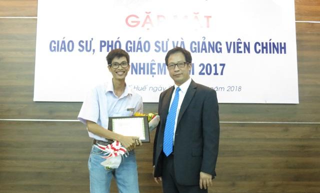 PGS trẻ Bùi Đình hợi - giảng viên Khoa Vật lý, Trường ĐH Sư phạm - ĐH Huế (trái) cùng Hiệu trưởng nhà trường - PGS.TS. Lê Anh Phương