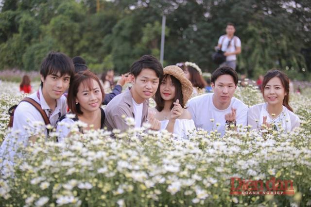 Cũng là lần đầu tiên công tác tại Việt Nam, bạn Daichi Hayashi (thứ 3 từ trái qua) cảm nhận về con người Việt Nam rất thân thiện, món ăn rất ngon. Và không khỏi luôn nhắc tới những bông hoa cúc họa mi rất đẹp.