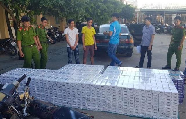 CSGT Bình Định bắt gọn ô tô Camry vận chuyển khối lượng thuốc lá ngoại không giấy tờ.