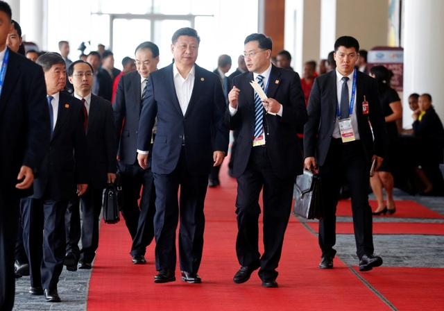 Phái đoàn Trung Quốc rời một cuộc họp trong khuôn khổ hội nghị cấp cao APEC tại Papua New Guinea (Ảnh: Reuters)