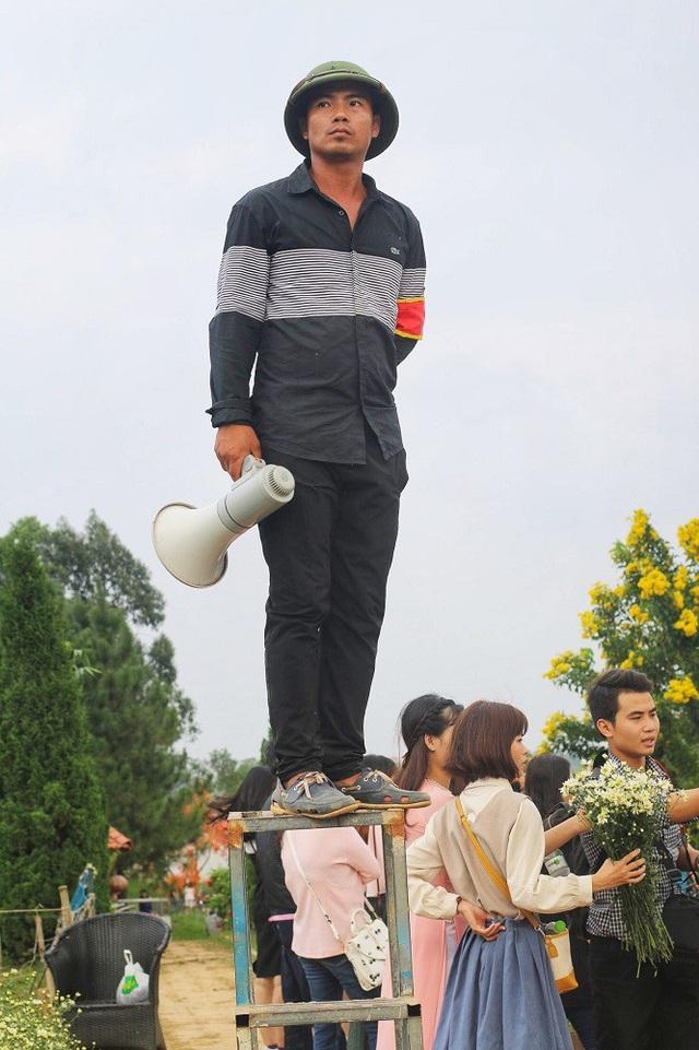 Xung quanh khu vực vườn cúc có từ 3 – 5 bảo vệ, được bố trí ở những vị trí khác nhau trong vườn, đứng trên cao để quan sát và nhắc nhở mọi người không bẻ hoa, xô đẩy làm nát hoa của vườn.