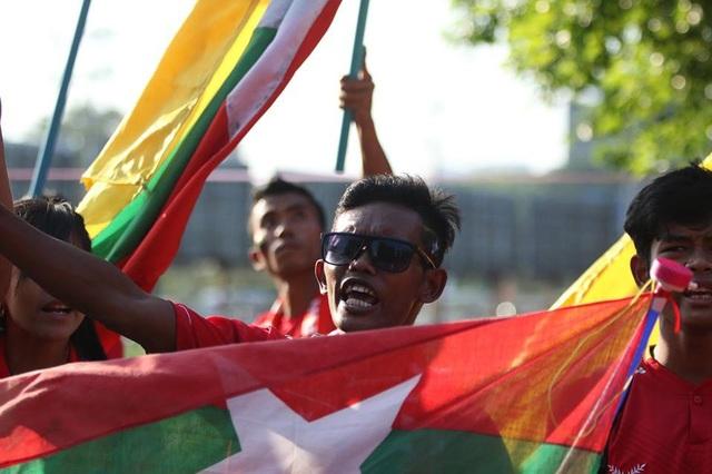 Người Myanmar cuồng nhiệt cổ vũ trước trận đấu