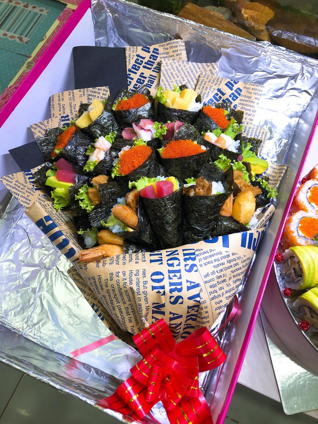 Bó hoa sushi được đặt vào hộp cẩn thận để vận chuyển an toàn nhất có thể. (Ảnh: Hồng Vân)