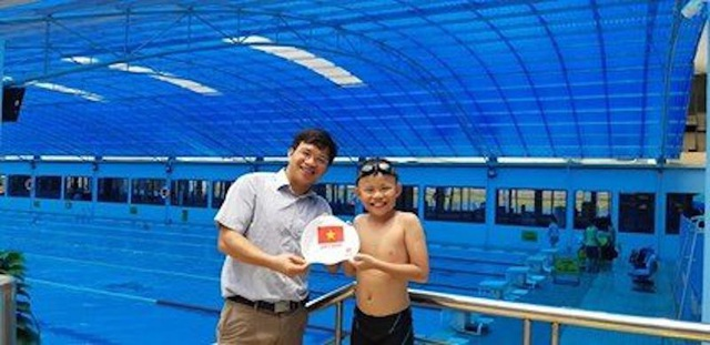 Thầy trao mũ đỏ cho một thành viên trong đội.