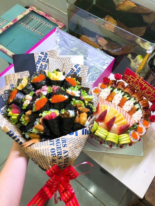 Một anh chồng người Nhật Bản vừa đặt một bó hoa sushi và bánh gato sushi tặng vợ người Việt Nam làm giáo viên. (Ảnh: Hồng Vân)