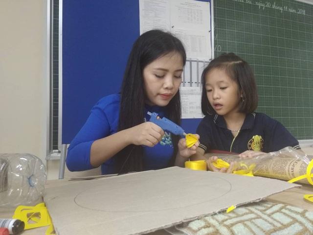 Chị Trần Thị An, Hội trưởng Hội phụ huynh của trường, với giờ dạy làm thủ công cho học sinh lớp 2.