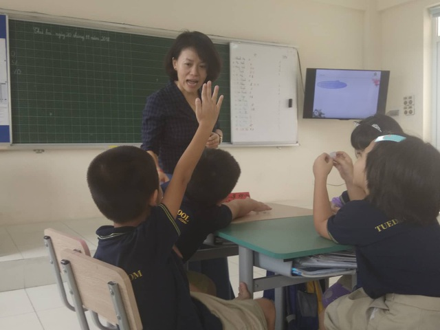 Chị Hà Châu với tiết học Đạo đức cho học sinh lớp 2A1.