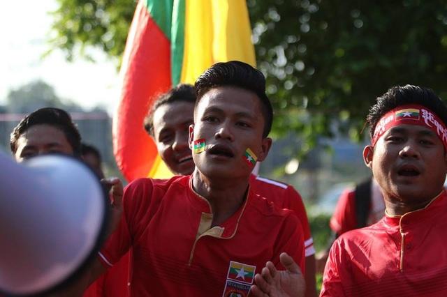 Cổ động viên Myanmar cũng đến sân rất đông