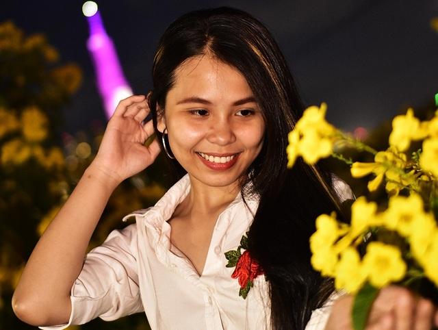 Bạn Lan Anh, nhà quận 2 tạo dáng chụp ảnh cùng hoa