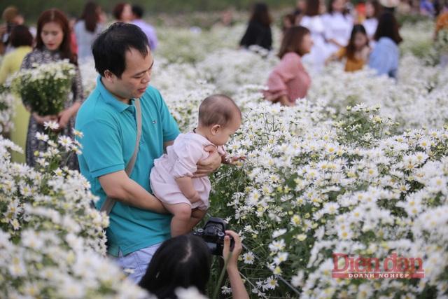 Không chỉ các bạn trẻ, các gia đình cũng đưa con cái của họ đến để lưu giữ những khoảnh khắc. Anh Cường cho biết, anh và gia đình cũng thường xuyên ra các vườn hoa để chụp ảnh, địa điểm vườn hoa gần sông nên mát mẻ dễ chịu. Giá vé vào cửa cũng không quá cao để gia đình đi chơi cuối tuần.