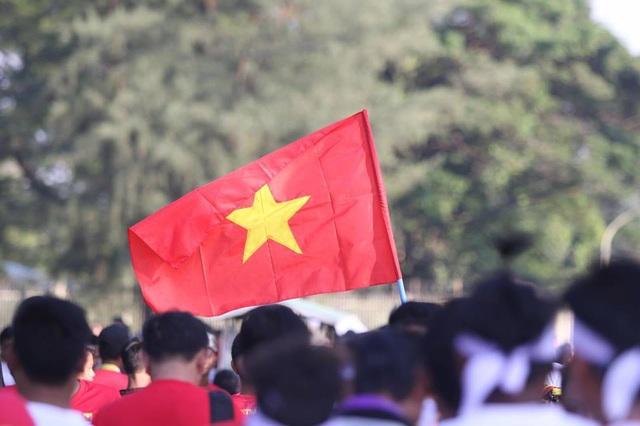 Cổ động viên Việt Nam tiến vào sân Thuwanna