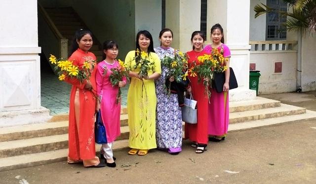 Những bó hoa rừng là niềm động viên rất lớn giúp các thầy cô giáo trẻ có thêm tâm huyết trong sự nghiệp trồng người trên ốc đảo Kon Pne