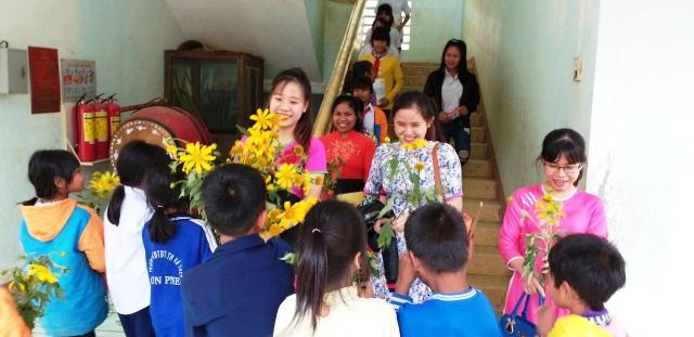 Niềm vui bất ngờ của các giáo viên vùng cao khi nhận được những bó hoa rừng từ các em học sinh đồng bào