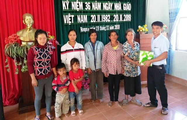 Đại diện các bà con trong ốc đảo Kon Pne đã tặng quà cho nhà trường