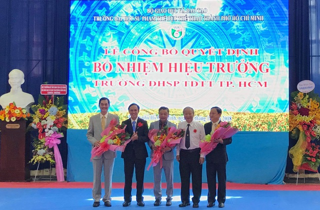 Tân hiệu trưởng Châu Vĩnh Huy (người ở giữa)