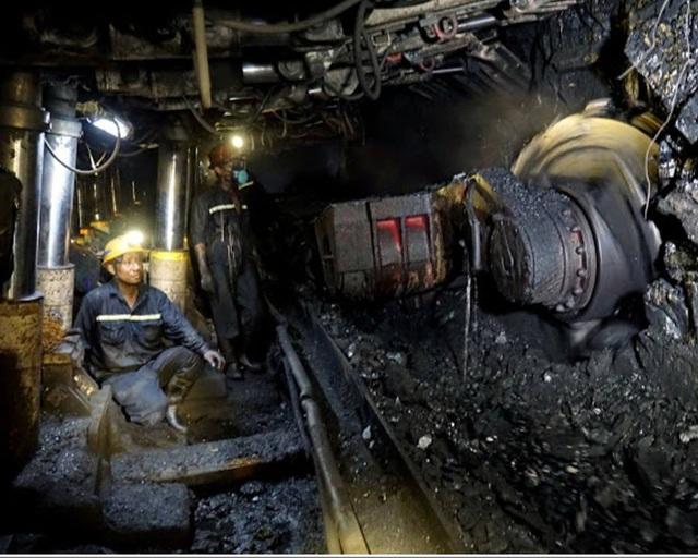 Công nhân vận hành hệ thống trong hầm lò.