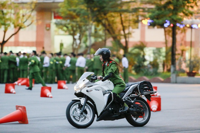 Nữ sinh cảnh sát trổ tài lái môtô phân khối lớn - 8