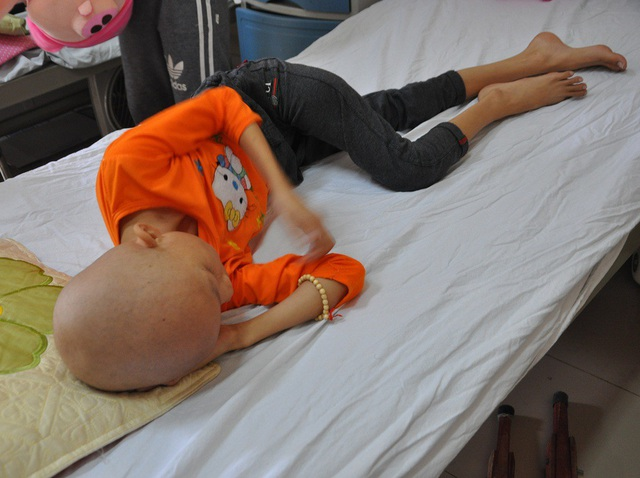 Bị căn bệnh ung thư xương khiến cho cơ thể cô bé gầy tong teo, kiệt quệ.